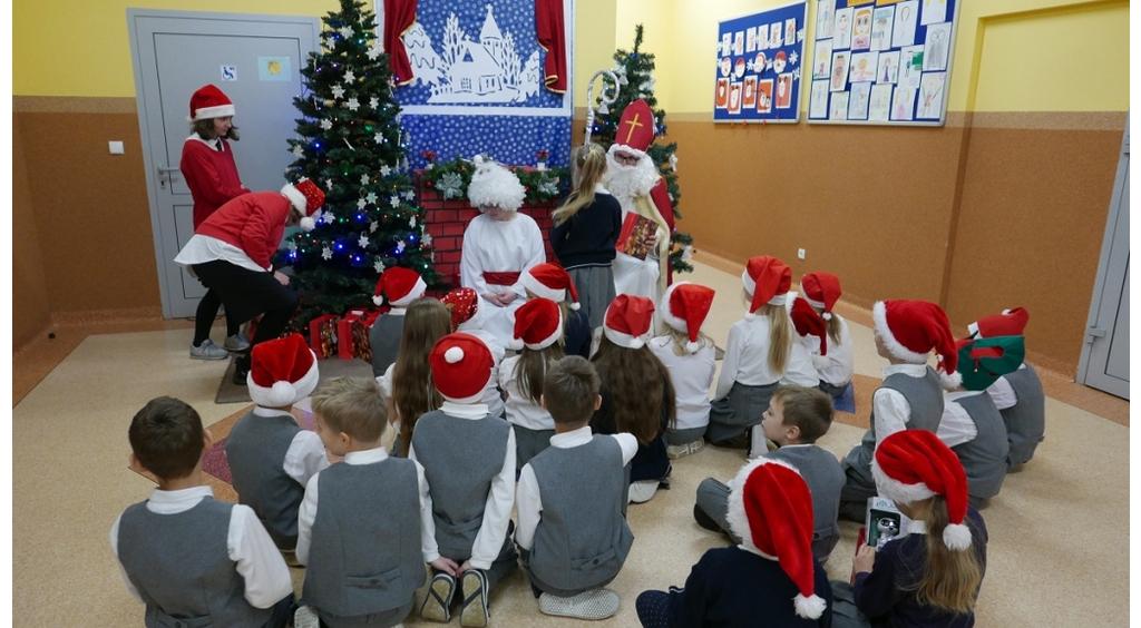 Święty Mikołaj odwiedził uczniów wejherowskiej Szkoły Sióstr Zmartwychwstania Pańskiego