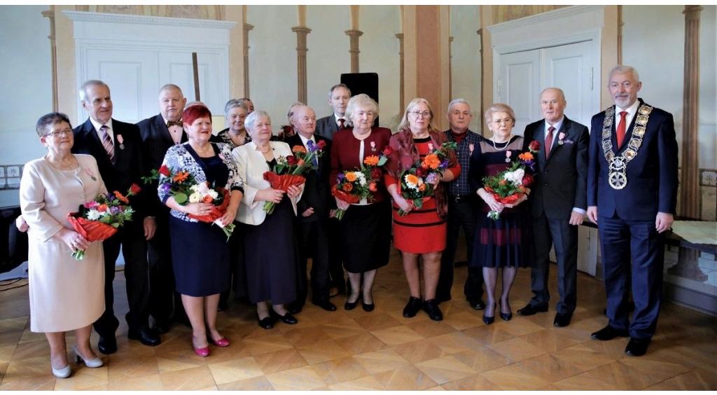 Osiem par uhonorowanych medalami za długoletnie pożycie