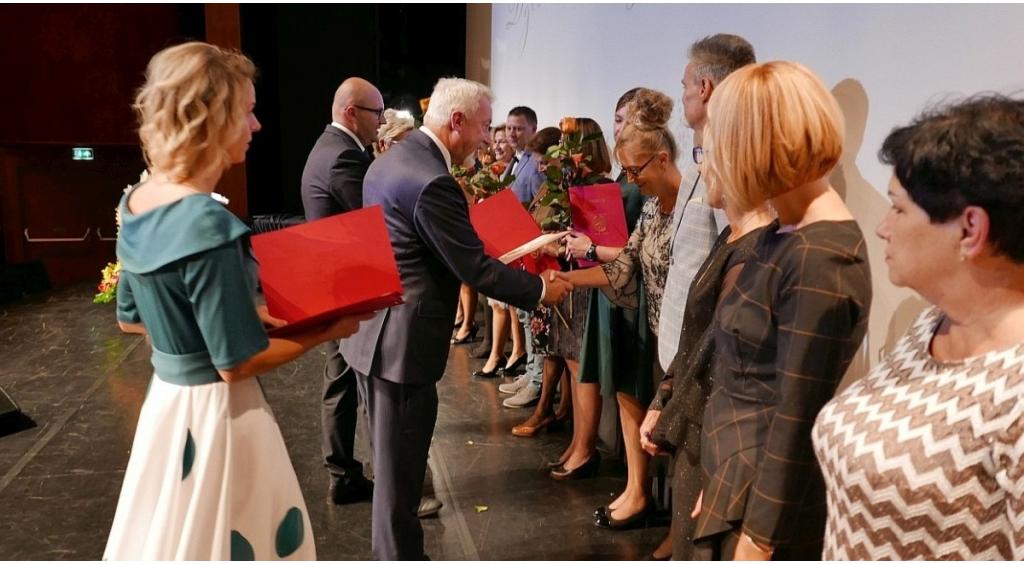 Nagrody, gratulacje i kwiaty dla nauczycieli