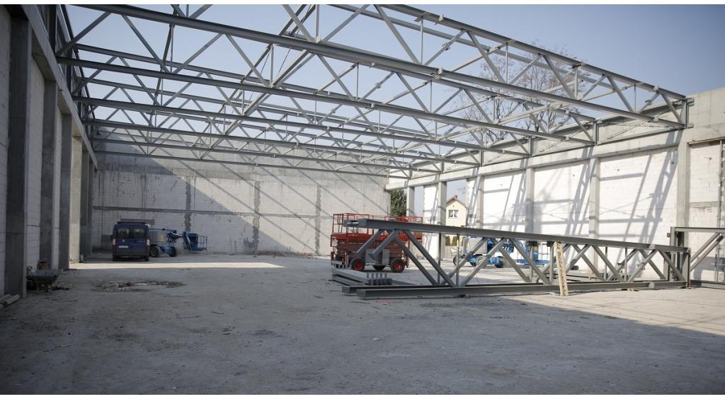 """Konstrukcja dźwigarów dachowych na sali gimnastycznej przy """"piątce"""" już zamontowana"""