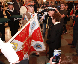 Sztandar 1 MPS z repliką Orderu Virtuti Militari