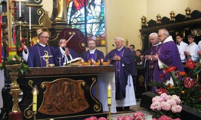 Nabożeństwo w kolegiacie.  Księga kondolencyjna w ratuszu -12.04.2010