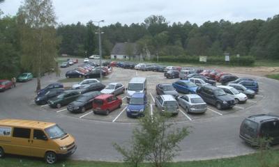 Nowy parking samochodowy w pobliżu szpitala.
