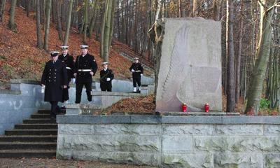 Kwiaty na grobach żołnierzy 1 MPS, ofiar Marszu Śmierci i żołnierzy radzieckich - 31.10.2013