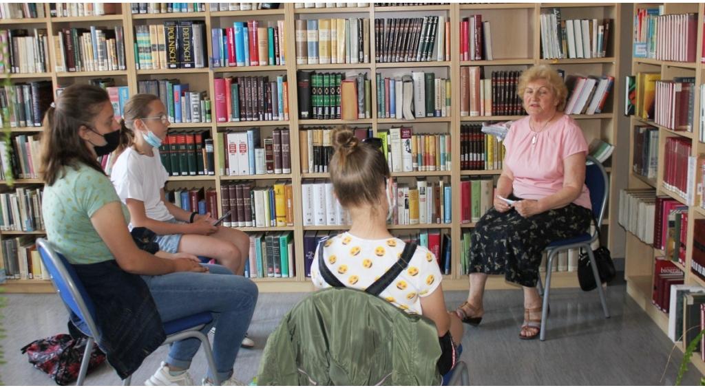 Młodzież rozmawiała z seniorami w bibliotece o książkach