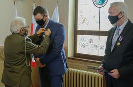 Medal od żołnierzy Armii Krajowej dla prezydenta Krzysztofa Hildebrandta