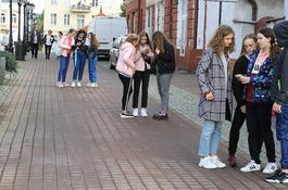 Atrakcyjna lekcja polskiego ze smartfonem w ręku