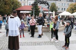 Święcenie zwierząt przy figurze św. Franciszka