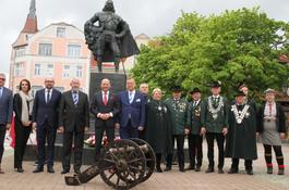 Kwiaty i salwa armatnia przed pomnikiem Jakuba Wejhera
