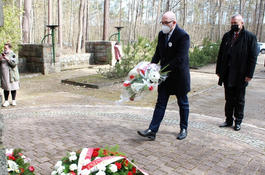 Kwiaty przed Pomnikiem Piaśnickim