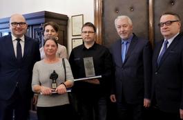 Dyrekcja wejherowskiego MOPS-u wyróżniona miniaturą Statuetki Jakuba Wejhera