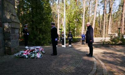 Uroczystości patriotyczne przed pomnikiem w Piaśnicy
