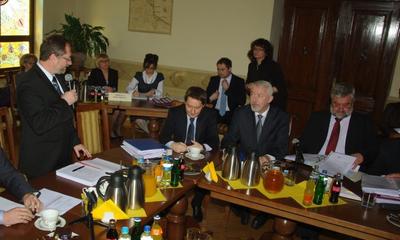 VI Sesji Rady Miasta -wicewojewoda Michał Owczarczak wręcza odznaczenia  19.04.2011