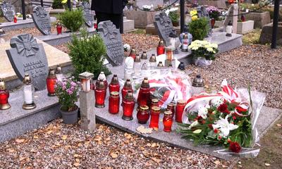 Złożenie kwiatów na grobach poległych