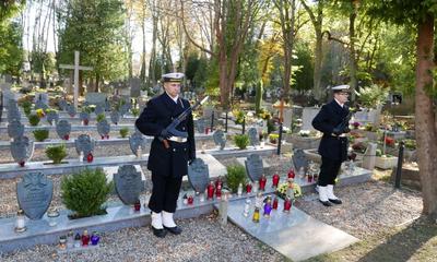 Kwiaty na mogiłach patriotów i żołnierzy