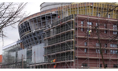 Montaż elementów szklanej elewacji na budynku nowego centrum kultury w Wejherowie. 30.11.2011